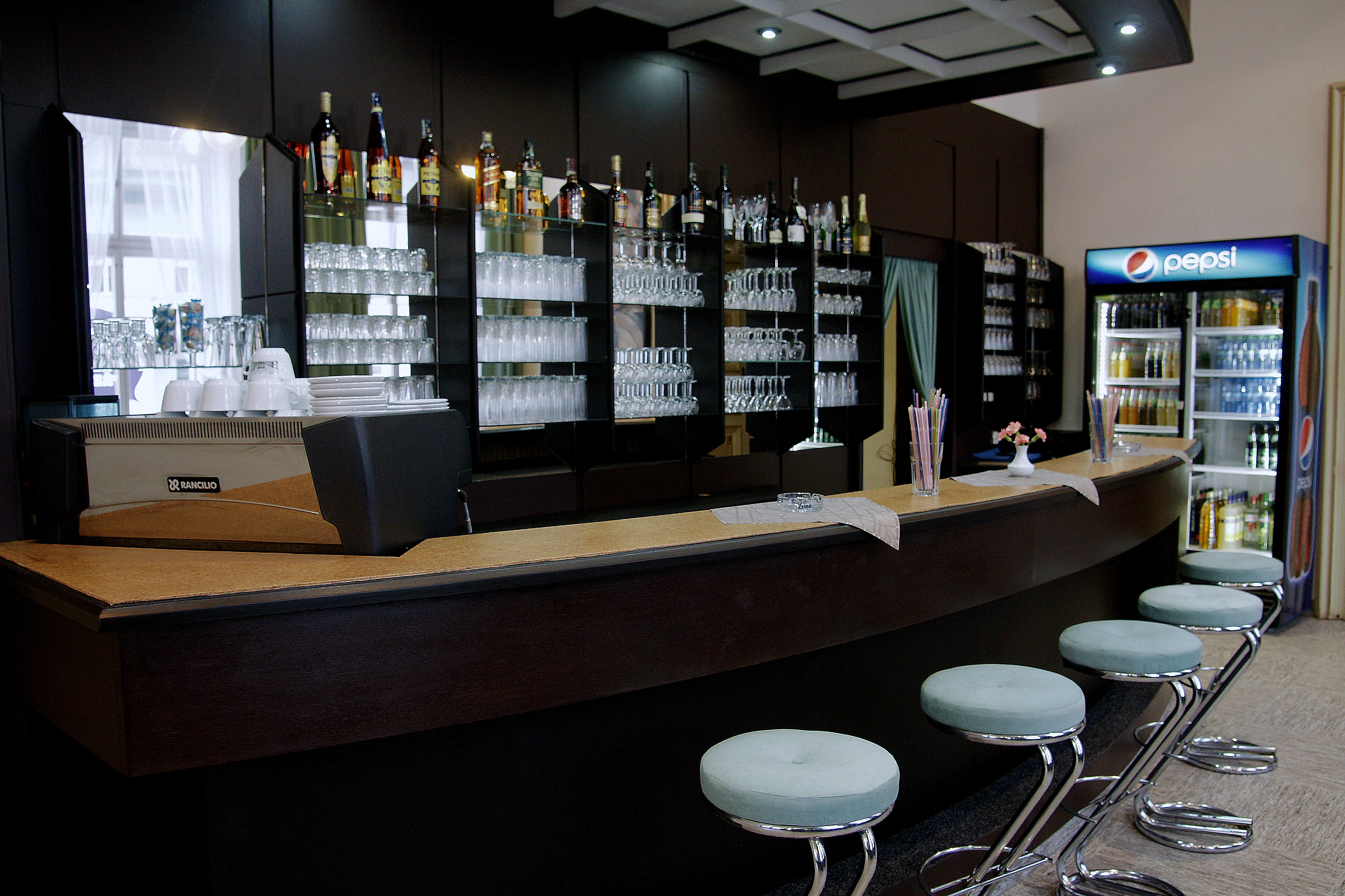 Interiér kavárny, obrázek se otevře v novém okně